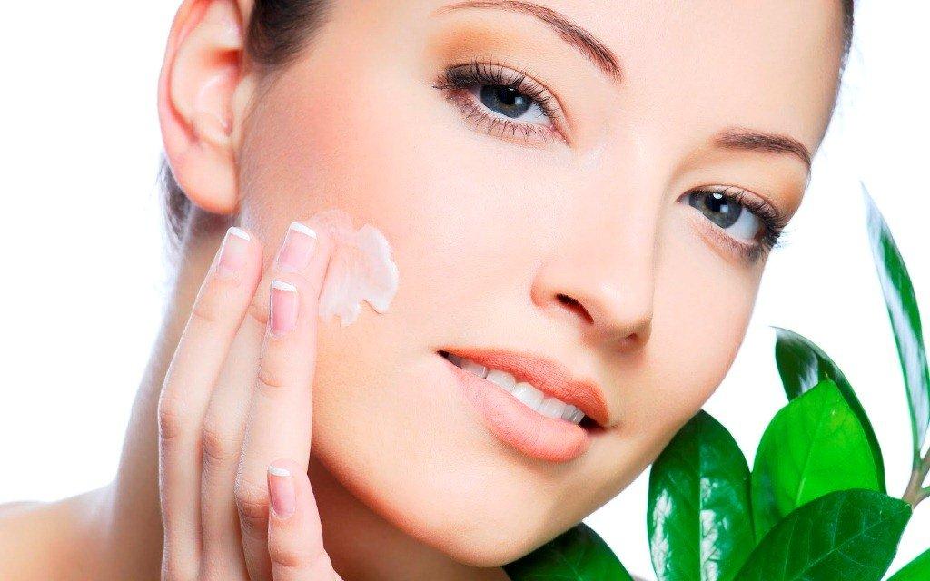 cuidado facial de cara con aceite de camelia